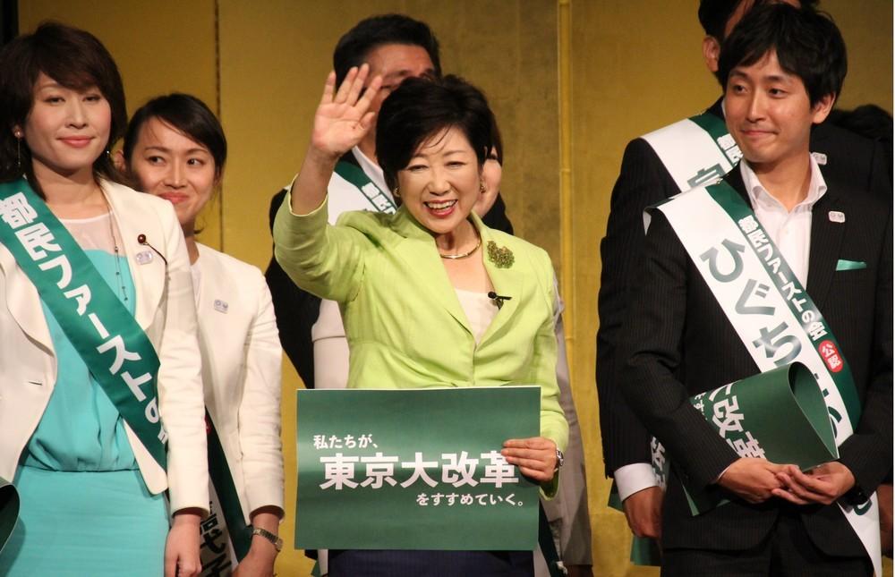 都民ファーストの会の都議選公認候補者らと檀上に立った、代表の小池百合子都知事