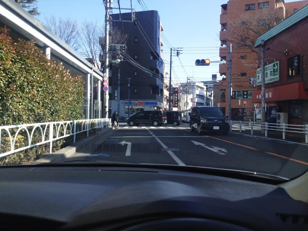 交差点左折で車の「左幅寄せ」に賛否 「怖い」「教習所で教わった」