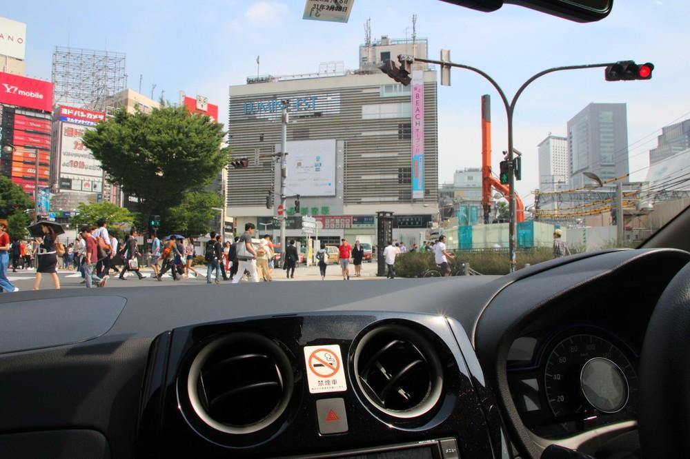 新宿アルタ前の交差点も走行