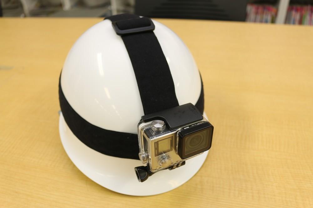固定のため、ヘルメットを用意......したのだが、うっかり工事現場で使うようなやつを買ってしまった