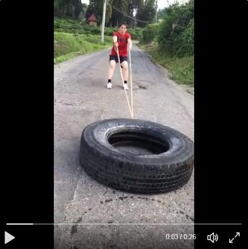 吉田沙保里「タイヤ引き苦戦動画」がリプ合戦に 「ご冗談を」「演技なんかしなくても」