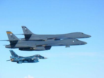 米空軍、日韓と相次いで共同訓練 北朝鮮のミサイル発射を牽制