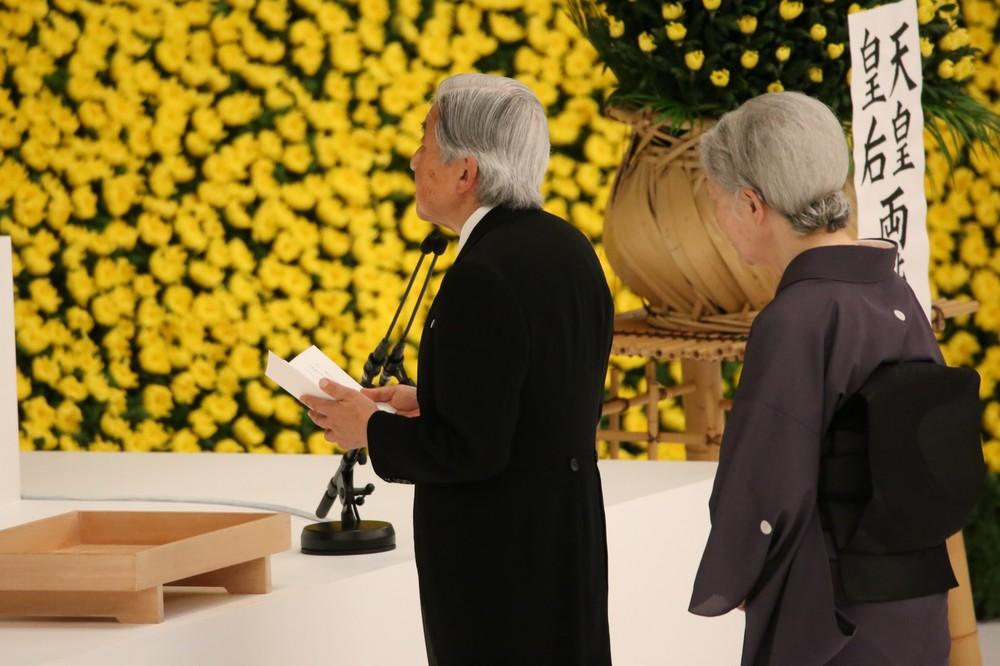 戦没者追悼式で天皇陛下が「お言葉」 退出前、記者が見た異変