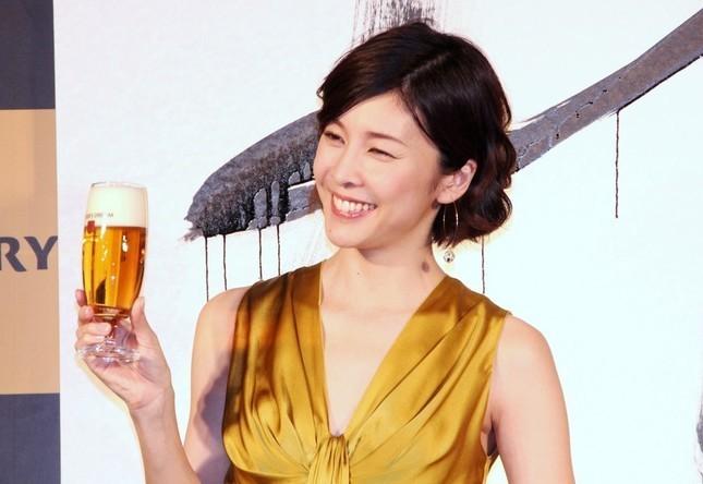 竹内結子「妖艶」ドレス姿 インスタ写真に「女神だ」「死ぬほど美しい」