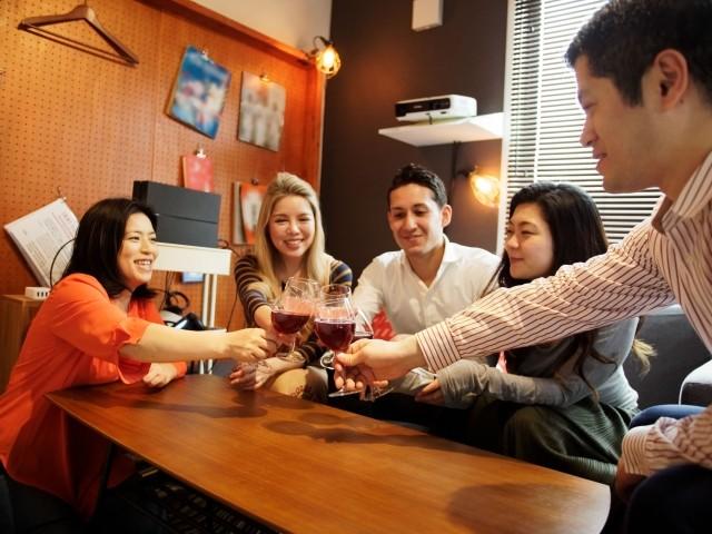 外国語を話すときはお酒をひと口 恥ずかしさが消え発音がグッドに