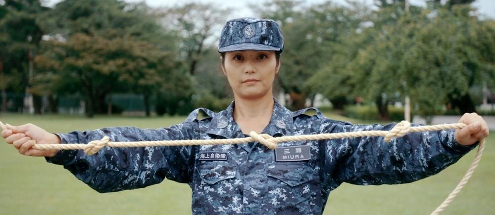 「命綱」を結ぶ女性隊員