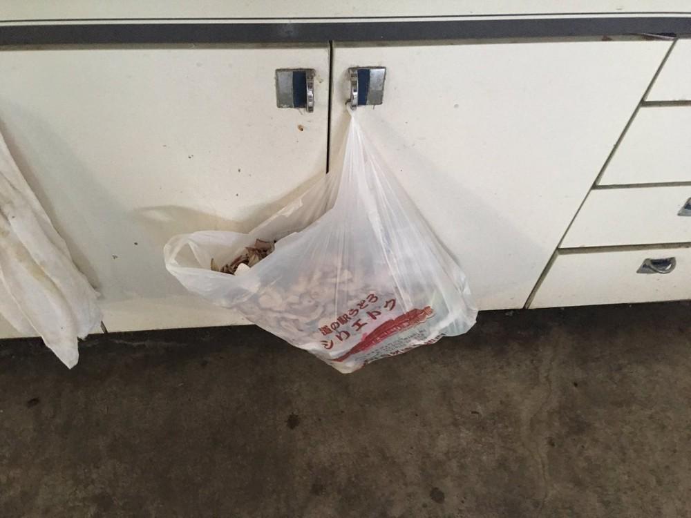 扉にかかったビニール袋には、大量の生ゴミが詰まっている。画像はまるこ(@badminton523)さん提供