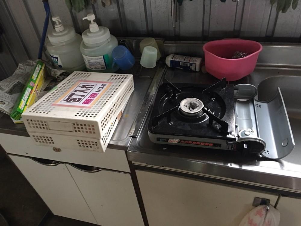 カセットコンロなどの調理機材もそのまま…。画像はまるこ(@badminton523)さん提供