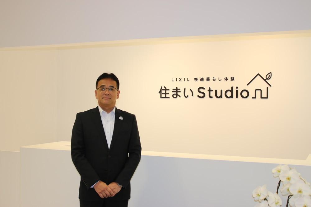 体感型施設に自信を見せるサッシ・ドア事業部長の関塚英樹氏