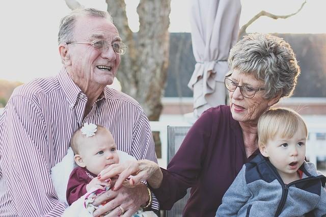 祖父母の甘やかしが孫の健康に悪影響か 孫のケアには祖父母の協力が不可欠だが......