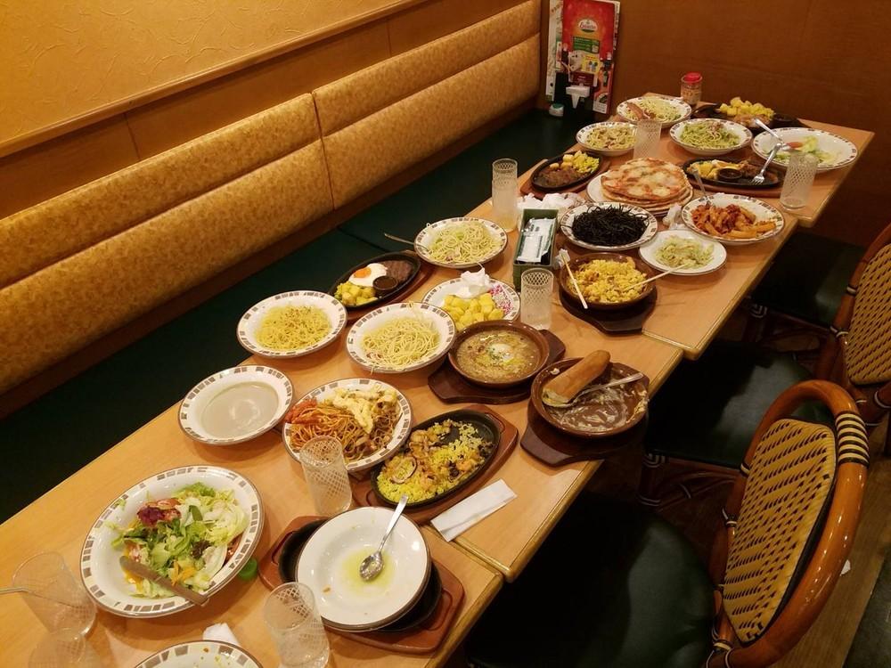 少なくとも25皿の料理を注文していた。画像は伊藤初美(@hatsu823)さん提供
