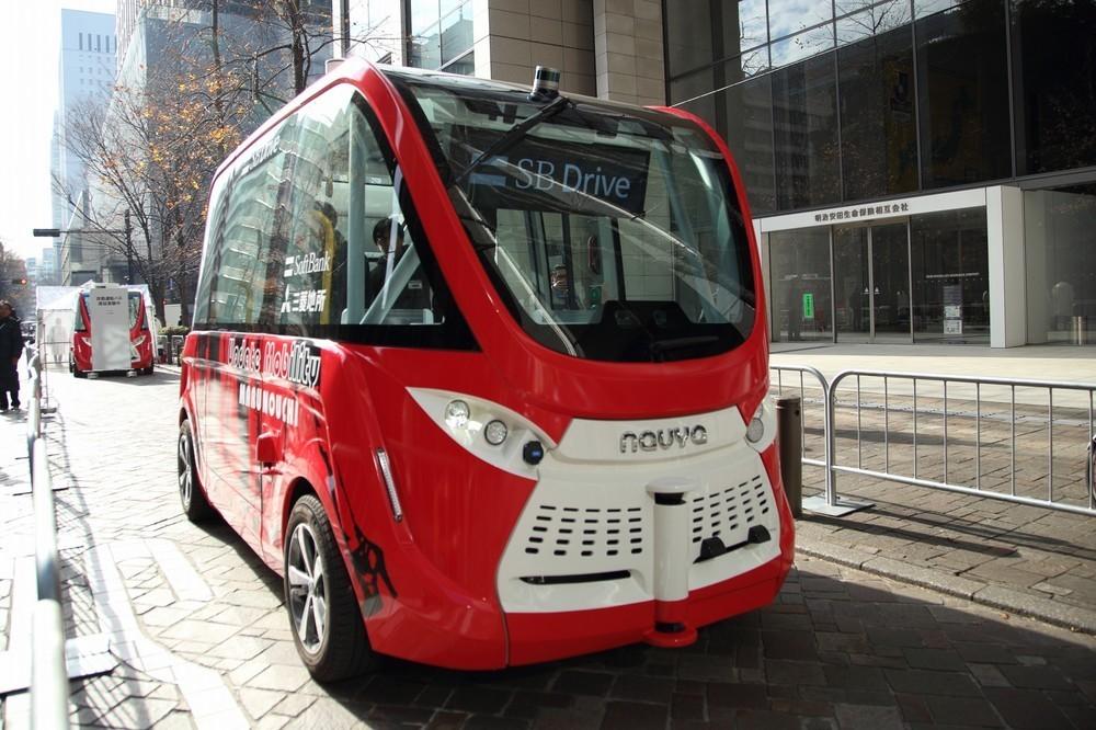 お昼時の丸の内に「自動運転バス」 実証実験に見入る会社員も