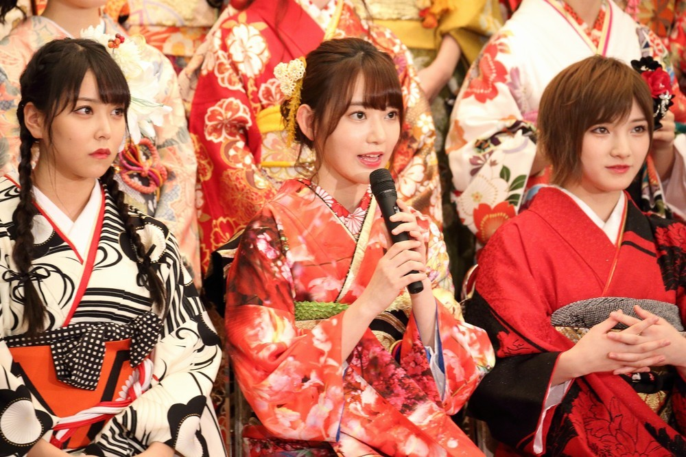 左からNNB48の白間美瑠さん、HKT48の宮脇咲良さん、AKB48・STU48の岡田奈々さん。白間さんと宮脇さんが選抜総選挙の目標に「1位」を掲げた。