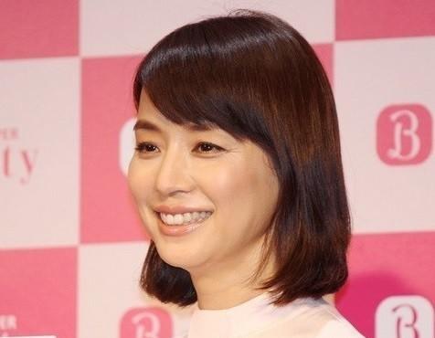 石田ゆり子が「スッピン風うす化粧」 ナチュラル透明感に「伝授してください!!」