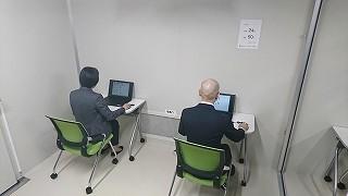 被験者の実験室。パソコン作業時のデータを計測する。