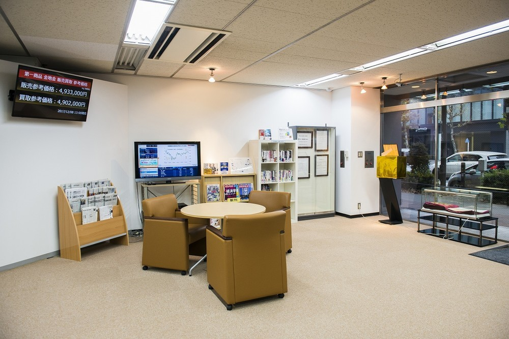 第一商品 日本橋支店のロビー。相場情報のほか、新聞、経済雑誌、関連書籍などが閲覧できる