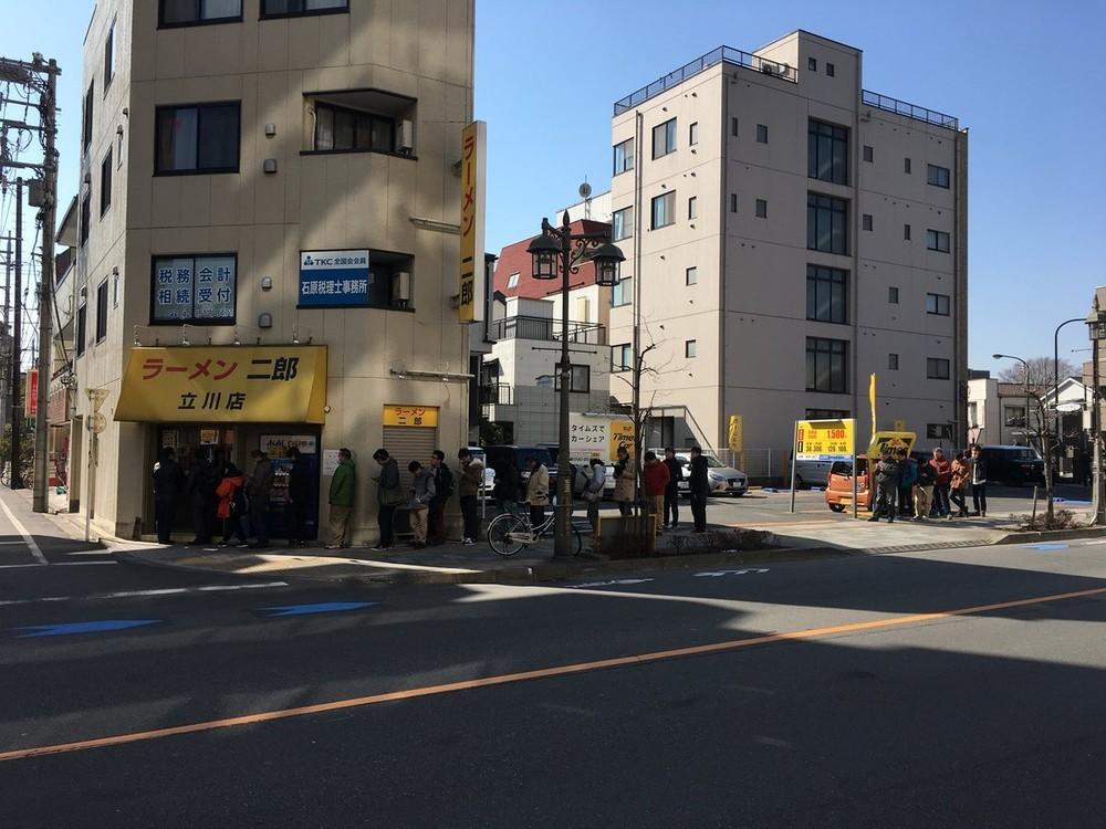「二郎」立川店、1450日ぶりに営業再開 ファン歓喜の行列で「2時間待ち」