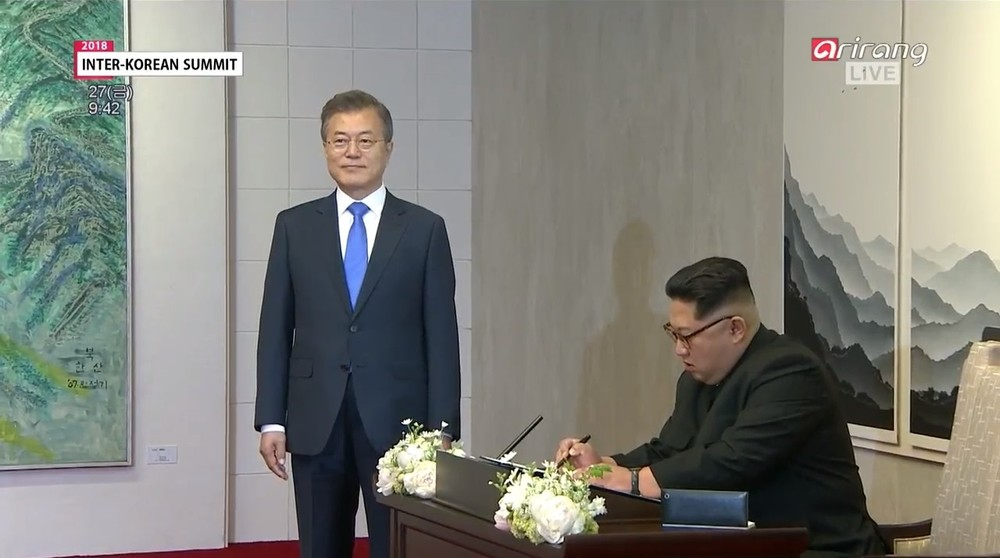 金正恩「貫録の差」見せた? 韓国ネット、直立不動の文在寅が「『補佐官』のよう」