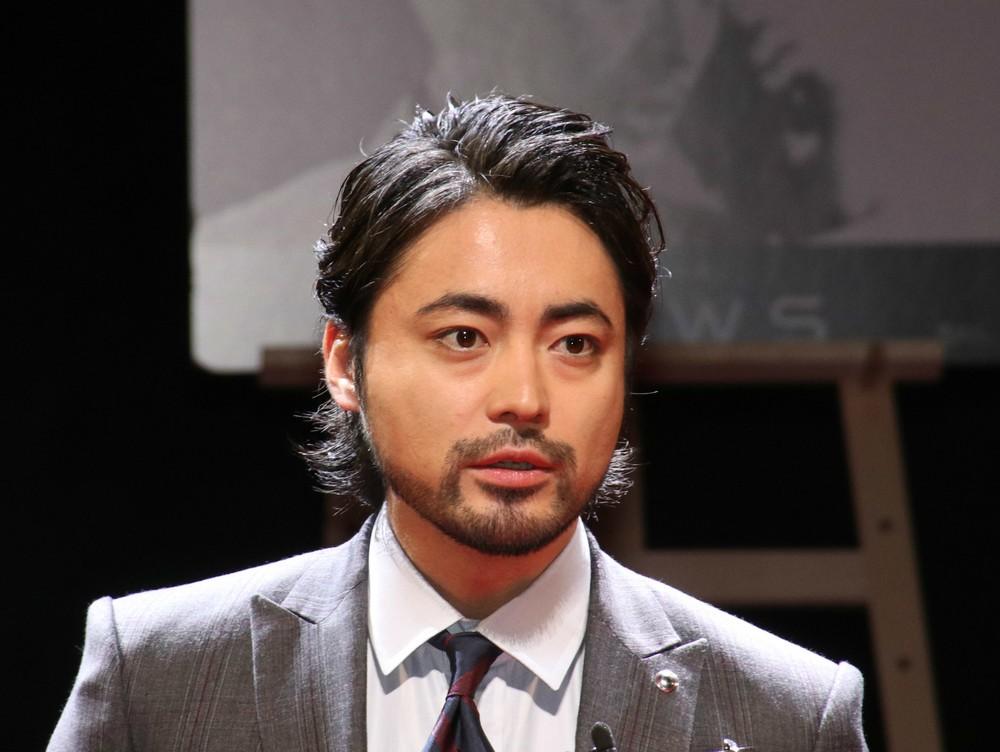 山田孝之がアナタのバスト測ります 「うっかり胸を触ってしまう」かも?