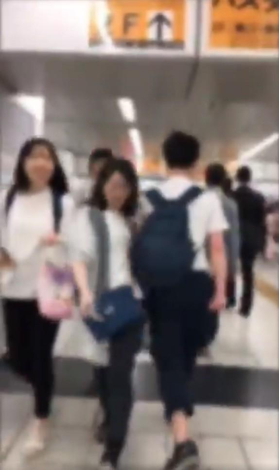 女性に肩でタックルする男(えんどう@____s__7_さん投稿の動画から)