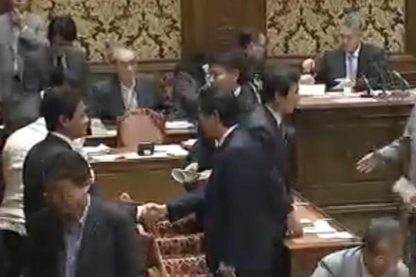 「モリカケ封印」玉木氏に首相握手 「熟議」の党首討論、実りはあった?