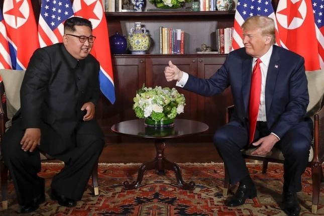 トランプ米大統領(右)と金正恩朝鮮労働党委員長(写真はポンペオ国務長官のツイッターから)
