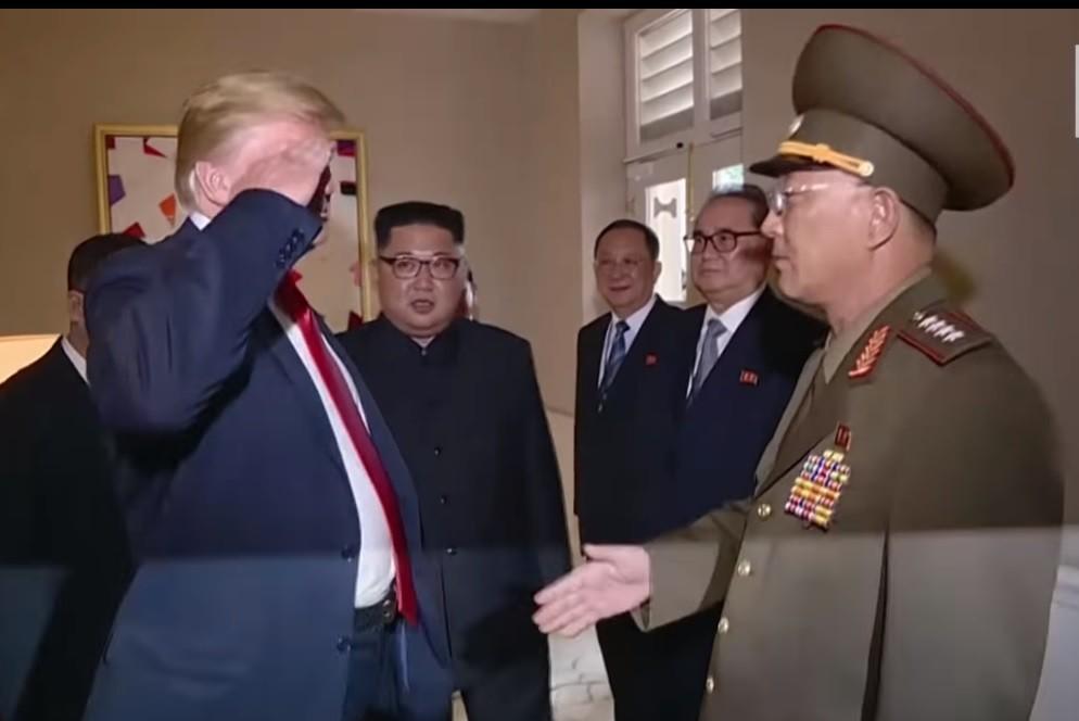 トランプ氏、北朝鮮軍人に「敬礼」しちゃった 自らプロパガンダのネタ提供