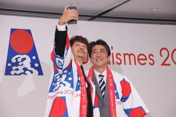香取慎吾、安倍首相と「自撮りツーショット」 「いいんですか?総理と自撮り!?」