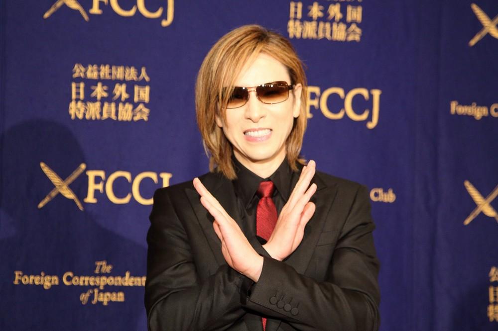 YOSHIKI、羽田で大報道陣に遭遇 てっきり自分目当てかと思ったら...