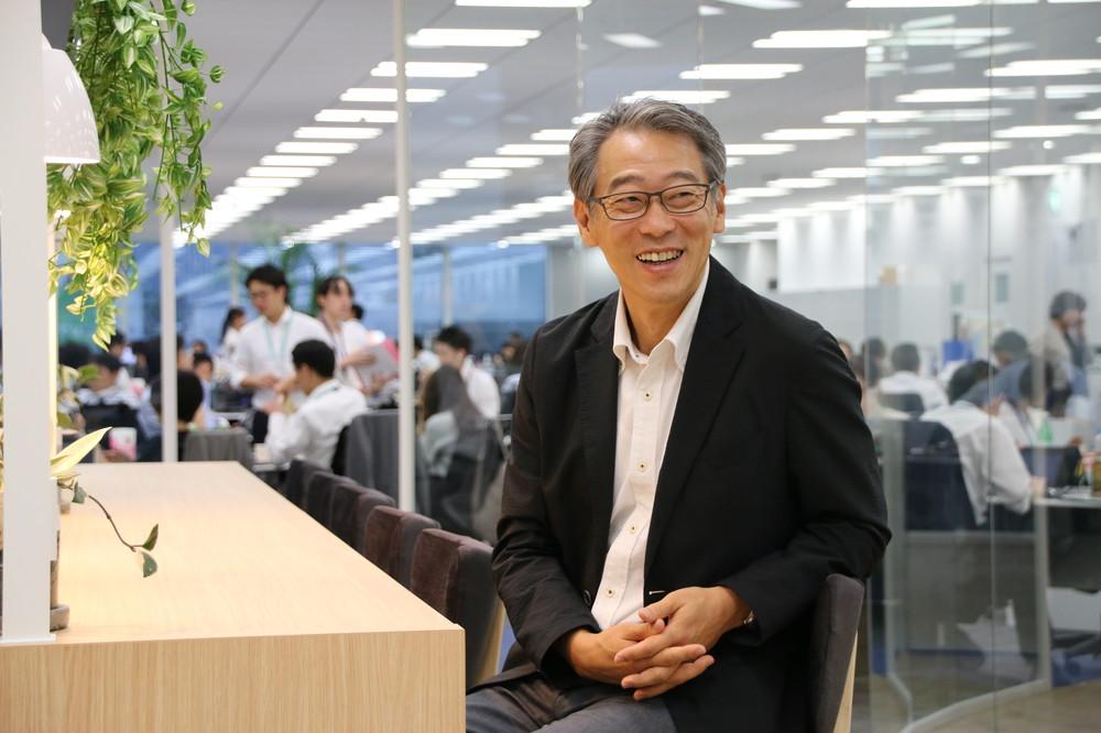 笑顔でインタビューに応じる板倉氏