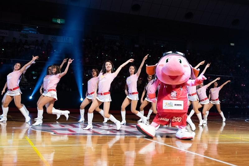 千葉ジェッツのチアリーダー「STAR JETS」と、真ん中で踊るのはマスコットの「ジャンボくん」