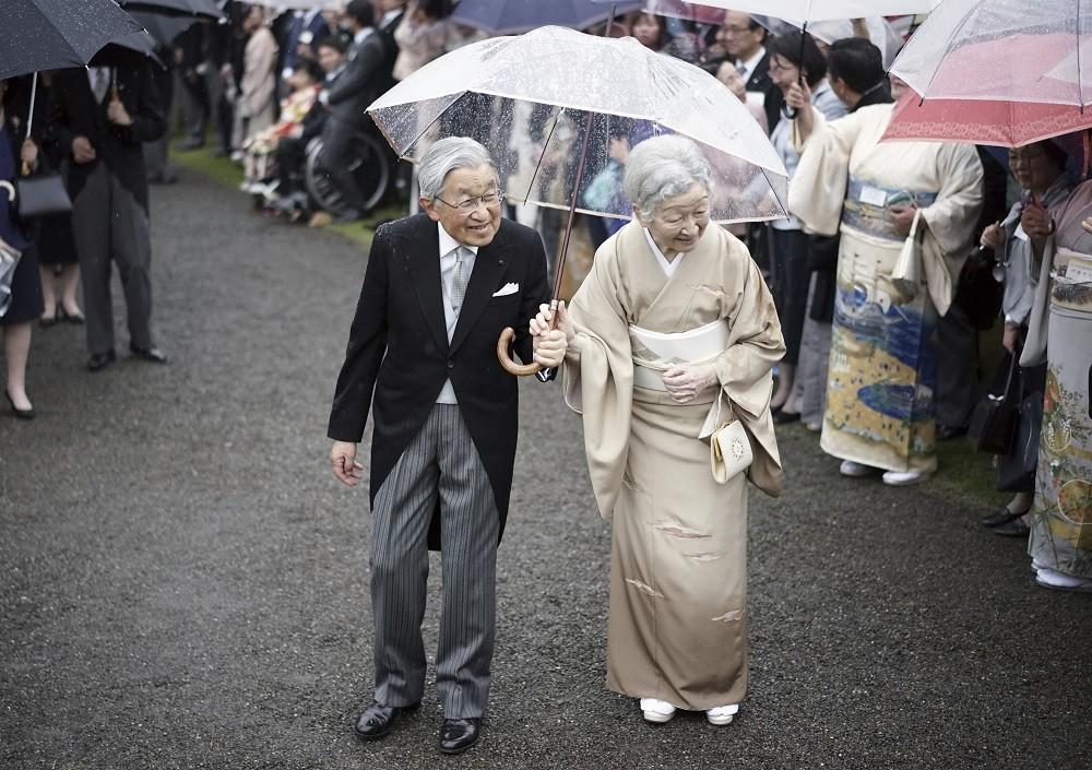 天皇陛下「相合傘」で濡れた右肩 皇后さま守る姿に感動広がる
