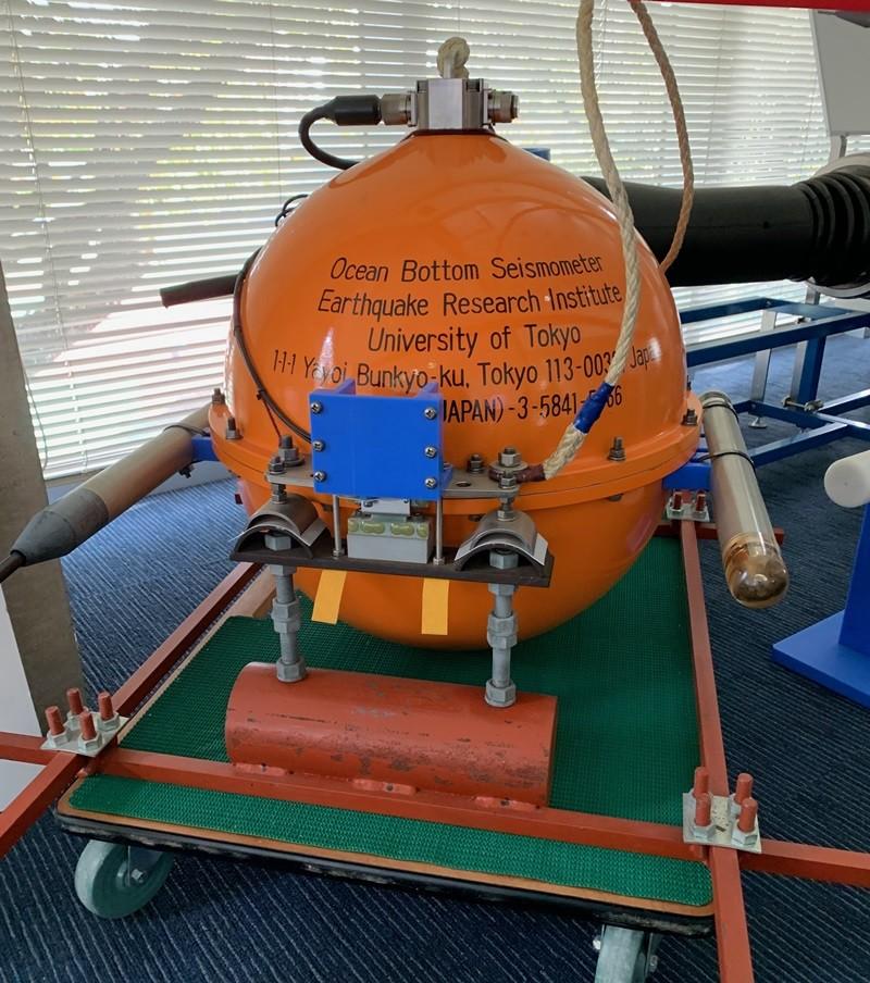 自由落下自己浮上式海底地震計(オレンジの球)<本物>