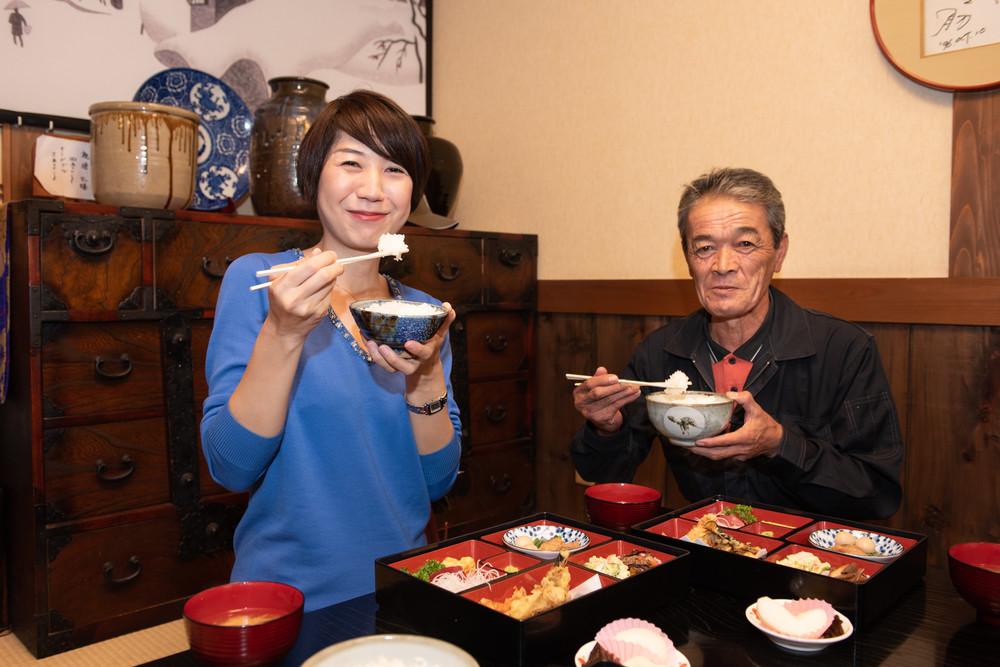 「おいしい」しか言葉が見つからない 久保食堂で、澁谷さん(左)と班目会長
