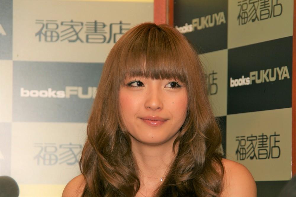 木下優樹菜、カズとのハグ動画にファン「めちゃめちゃ乙女」「10歳若返ってる」