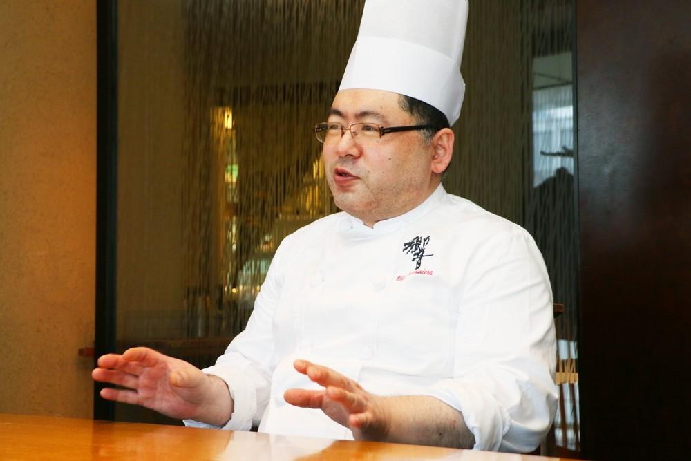余蒔キュウリのおいしさについて語る、料理長の小野寺さん