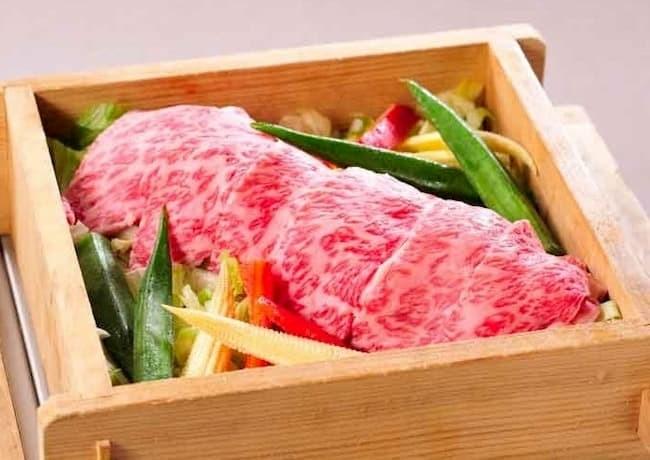 「響」の人気メニュー「福島牛リブロース水煙蒸し じゅうねんだれ」。やわらかな肉質や風味の良さから、福島牛は「牛肉の傑作」とも呼ばれている