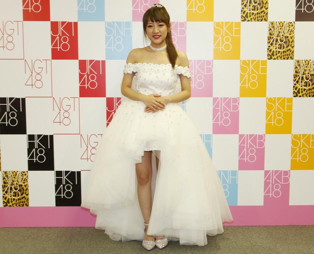 高橋みなみさんがAKB48の卒業コンサートで披露した純白のドレス衣装(2016年3月撮影)