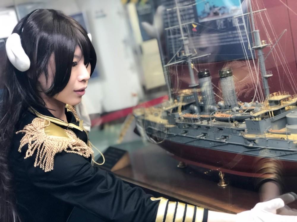 記念艦三笠内で三笠の模型を眺める石鍋さん