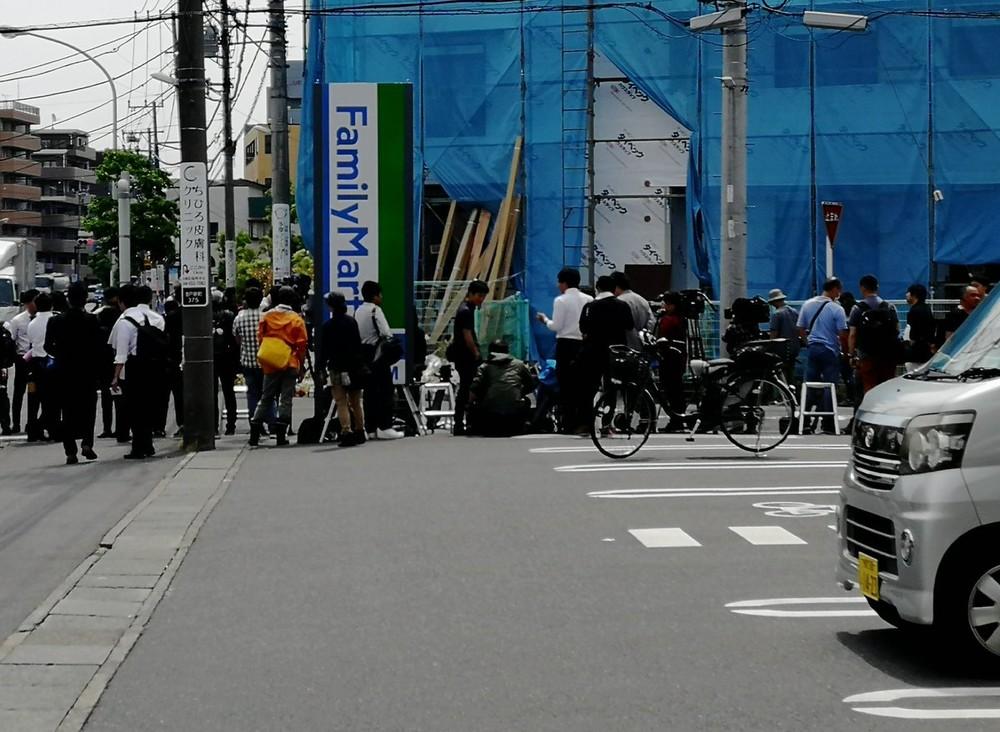 車道を歩かされる通行人も... 川崎殺傷現場、居座るマスコミへの不評