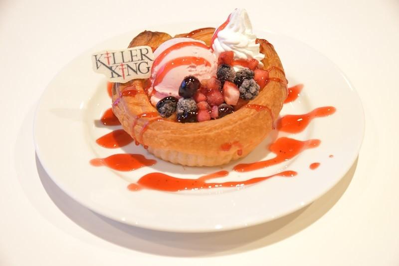 KiLLER KiNG「ベリーデニッシュ」 800円 アイスとホイップクリームの甘みをベリーの酸味とパイ生地が包み込み、食べやすい一品に仕上がっている