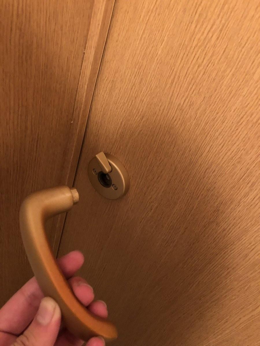 トイレのドアノブ壊れて閉じ込められた! どうすればいい?経験者に話を聞くと...