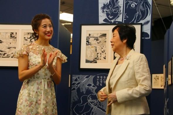 展示されている原画の美しさを語る萩尾さんと仙名さん