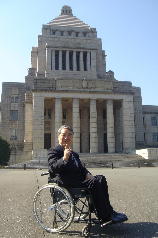 衆院選に当選した96年ごろの八代氏(本人提供)