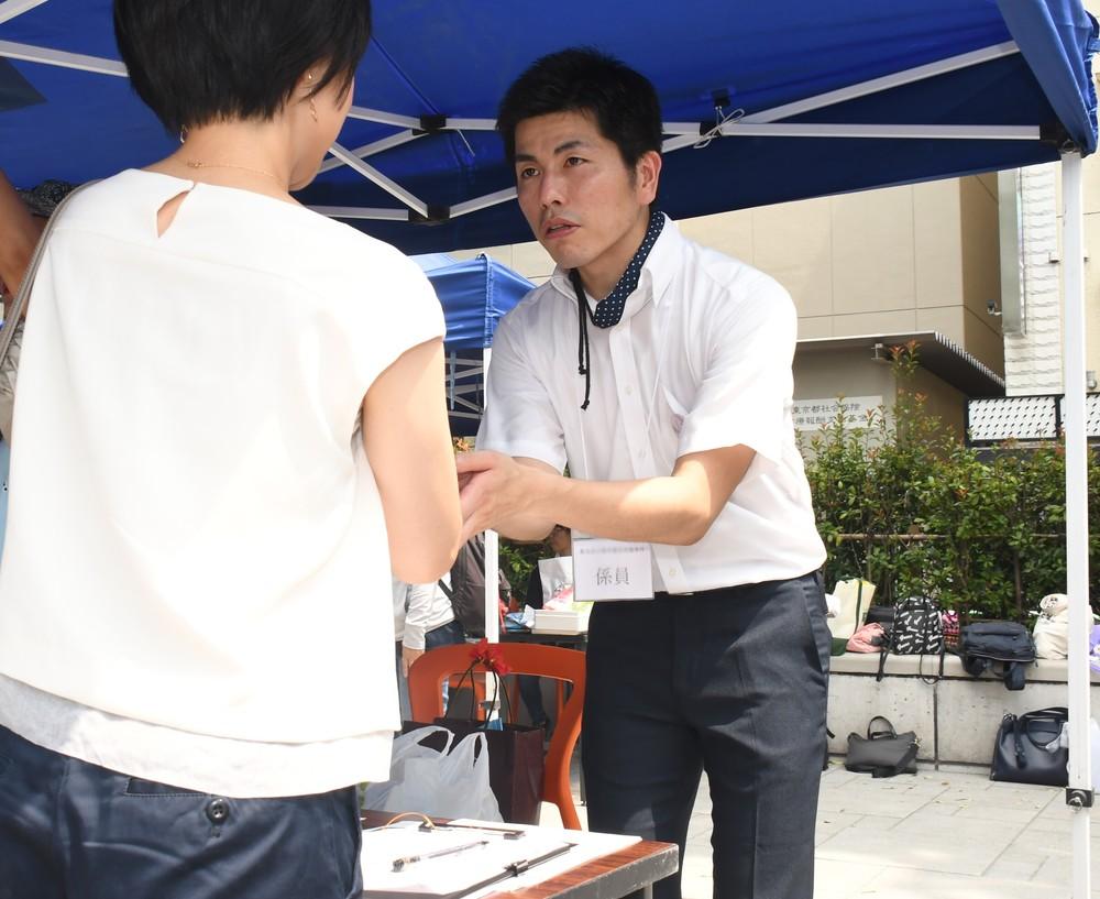署名活動をする松永さん(2019年8月3日編集部撮影)