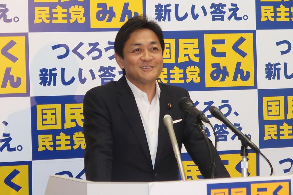 国民民主党の玉木雄一郎代表は表情を崩しながら祝福の言葉を贈っていた