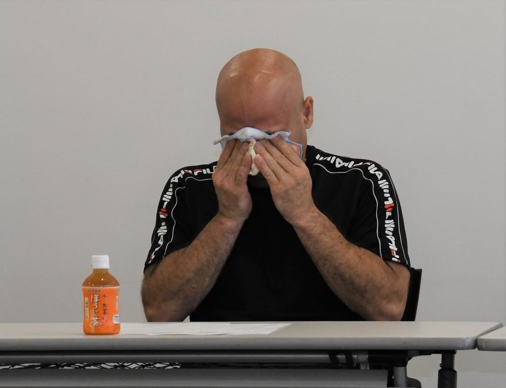 涙を流すイラン男性のサファリさん(2019年8月13日編集部撮影)