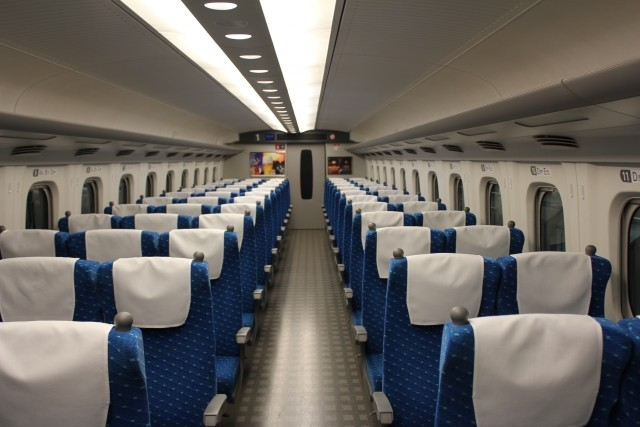 新幹線に乗ったら、自分の席がグループ客に「回転」させられていた... こんなとき、どうすれば?