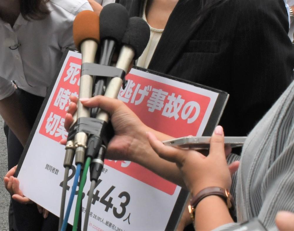 報道陣の取材に応じる代里子さん(2019年8月28日編集部撮影)