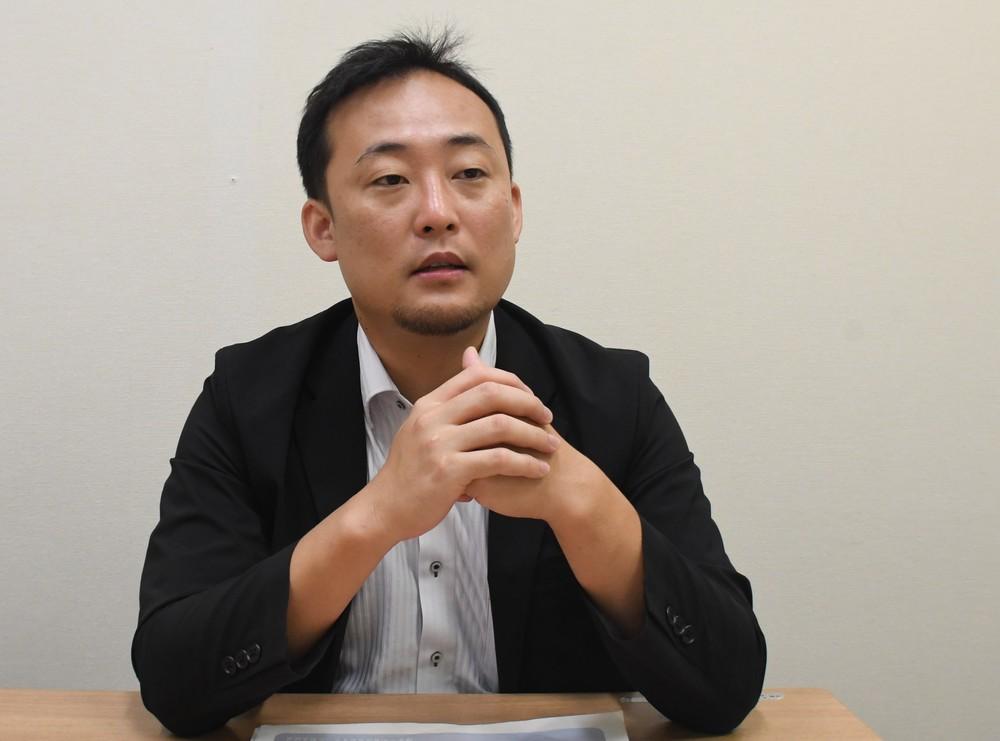 「職員がいきいきと働ける職場じゃないと」と訴える久米課長補佐(2019年8月28日編集部撮影)